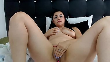HOT MATURE PUSSY MAKING HERSELF SUPER WET WITH HER DILDO ON SKYPE