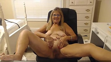 Mature housewife with beautiful smile loves to give pleasure
