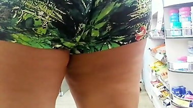 Coroa rabuda de short estampado Nice big ass mature in short