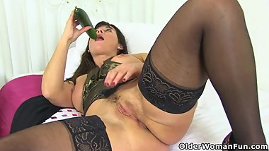 English milf Lelani fucks her lovely fanny with a cucumber