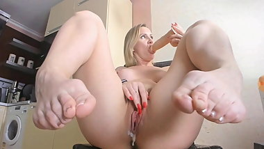 Gorgeous mature feet with sexy toes and lovely big bunions