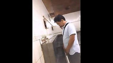 Spy chinese daddy pissing at railway station toilet ????????????